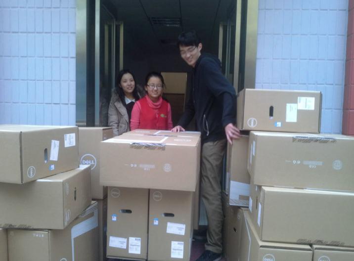 上海海事大学 幼儿园保育员尤小琼函函的父亲正在照顾他今天