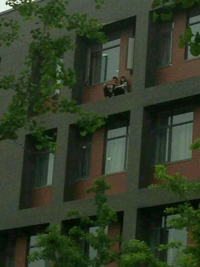 在窗台上看风景的奇葩情侣