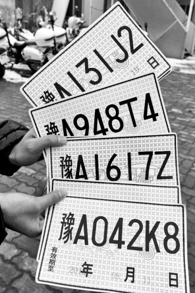 到郑州车管所核实后发现,宝马车内的4张临时牌照均由郑州一家汽车4s